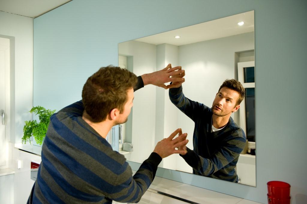 монтаж зеркал и стекла